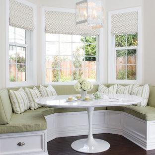 Immagine di una piccola sala da pranzo classica con pareti beige, nessun camino e parquet scuro