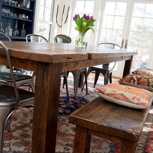 Idée de décoration pour une salle à manger ouverte sur le salon champêtre de taille moyenne avec aucune cheminée, un mur blanc, un sol en carreau de terre cuite et un sol rouge.