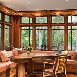 Diseño de comedor de estilo americano con suelo de madera en tonos medios y suelo naranja