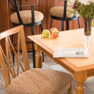 Inredning av en klassisk mellanstor separat matplats, med skiffergolv och grått golv