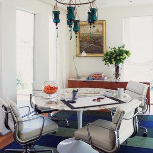 На фото: столовые в современном стиле с белыми стенами и паркетным полом среднего тона без камина