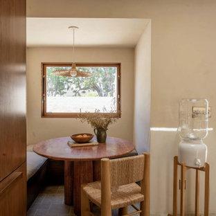 Diseño de comedor de estilo americano con paredes beige y suelo gris