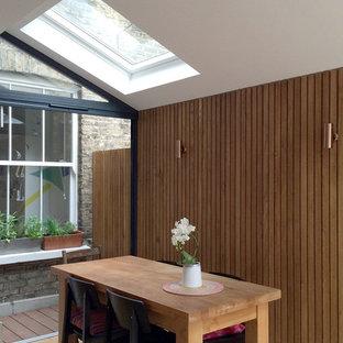 Inspiration för en liten funkis matplats med öppen planlösning, med vita väggar och ljust trägolv