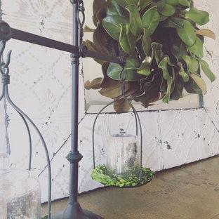 Ispirazione per una sala da pranzo country chiusa e di medie dimensioni con pareti grigie, pavimento in legno massello medio, camino classico e cornice del camino in mattoni