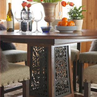 Пример оригинального дизайна: гостиная-столовая среднего размера в классическом стиле с коричневыми стенами, паркетным полом среднего тона и бежевым полом без камина