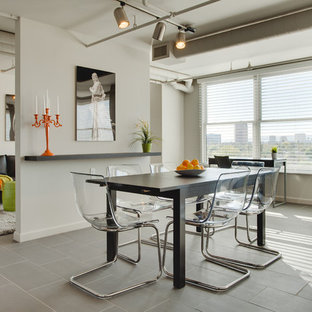 Foto på ett litet funkis kök med matplats, med vita väggar och klinkergolv i keramik