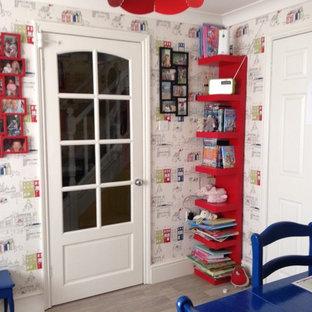 Ispirazione per una piccola sala da pranzo bohémian con pareti multicolore, pavimento in vinile e nessun camino