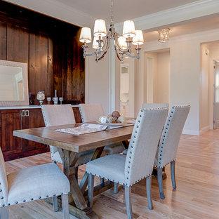 Cette image montre une salle à manger traditionnelle fermée et de taille moyenne avec un mur beige, un sol en bois clair, aucune cheminée et un sol jaune.