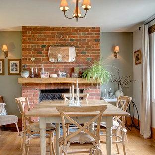 Idee per una sala da pranzo country chiusa e di medie dimensioni con pareti verdi, parquet chiaro, camino classico, cornice del camino in mattoni e pavimento marrone