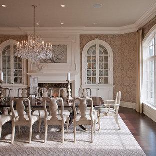 Стильный дизайн: отдельная столовая в викторианском стиле с разноцветными стенами, темным паркетным полом, стандартным камином и коричневым полом - последний тренд