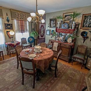 Esempio di una piccola sala da pranzo aperta verso la cucina classica con pareti con effetto metallico e parquet chiaro