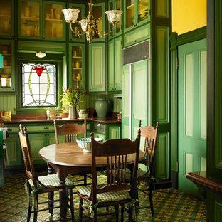 Idee per una piccola sala da pranzo aperta verso la cucina vittoriana con pareti gialle, pavimento con piastrelle in ceramica e pavimento multicolore