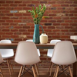 Ejemplo de comedor de cocina actual, de tamaño medio, sin chimenea, con suelo de madera en tonos medios, paredes marrones y suelo marrón