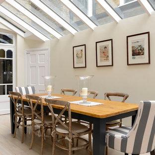 Cette image montre une salle à manger victorienne avec un mur beige et un sol en bois clair.