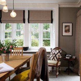 Идея дизайна: столовая в викторианском стиле с серыми стенами