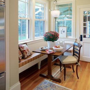 Источник вдохновения для домашнего уюта: кухня-столовая в викторианском стиле с бежевыми стенами и паркетным полом среднего тона
