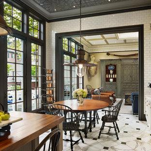 Réalisation d'une grand salle à manger ouverte sur la cuisine victorienne avec un mur blanc, un sol en marbre et aucune cheminée.