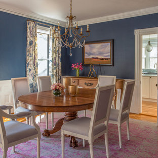 Idées déco pour une grand salle à manger victorienne avec un mur bleu et un sol en bois brun.