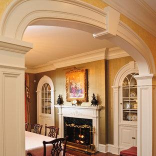 Esempio di un'ampia sala da pranzo tradizionale chiusa con pareti con effetto metallico, pavimento in legno massello medio e camino classico
