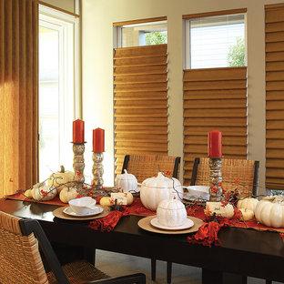 Idée de décoration pour une salle à manger tradition fermée et de taille moyenne avec un mur beige, un sol en bois clair et aucune cheminée.