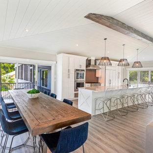 Inspiration för ett stort maritimt kök med matplats, med beige väggar, vinylgolv och flerfärgat golv