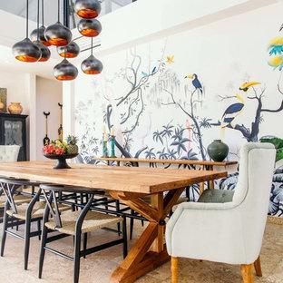 Idéer för en exotisk matplats, med vita väggar och beiget golv
