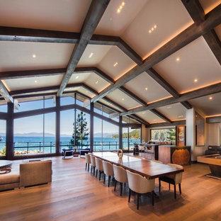 Inspiration för stora moderna matplatser med öppen planlösning, med mellanmörkt trägolv, brunt golv och beige väggar