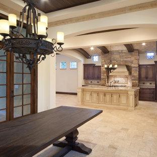 Idee per una grande sala da pranzo aperta verso il soggiorno mediterranea con pareti beige, pavimento in travertino e nessun camino
