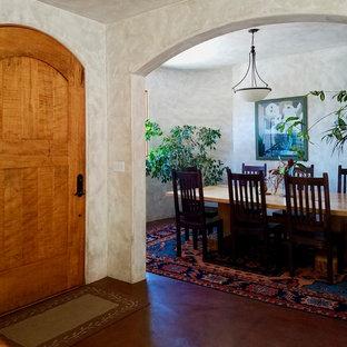 Foto de comedor mediterráneo, pequeño, sin chimenea, con paredes beige, suelo de cemento y suelo marrón
