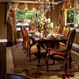 Diseño de comedor tradicional, de tamaño medio, cerrado, sin chimenea, con paredes marrones, suelo vinílico y suelo marrón