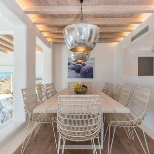 Inspiration för en maritim matplats, med vita väggar, mellanmörkt trägolv och brunt golv