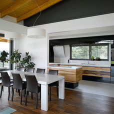 Modern Dining Room by KYZLINK