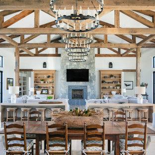Immagine di una sala da pranzo aperta verso il soggiorno country con pareti bianche, pavimento in legno massello medio, pavimento marrone, soffitto in perlinato, soffitto a volta e pareti in perlinato