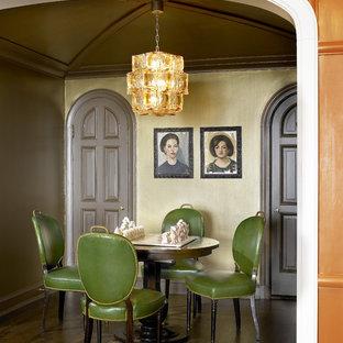 Foto di una sala da pranzo eclettica con parquet scuro
