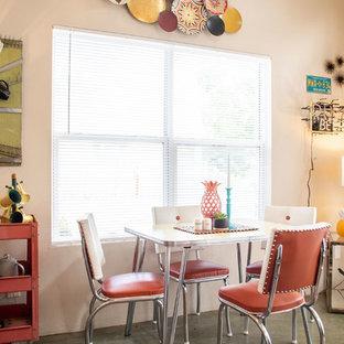 Idee per una piccola sala da pranzo aperta verso il soggiorno boho chic con pareti beige, pavimento in cemento e pavimento verde