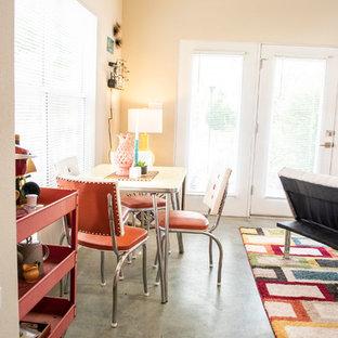Ispirazione per una piccola sala da pranzo aperta verso il soggiorno boho chic con pareti beige, pavimento in cemento e pavimento verde