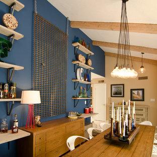 Ejemplo de comedor ecléctico, de tamaño medio, abierto, con paredes azules y suelo de madera en tonos medios