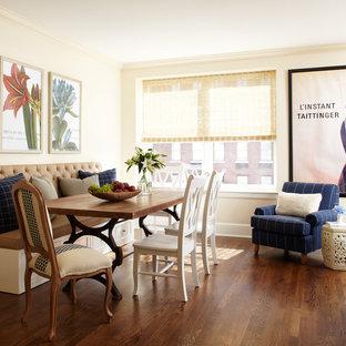 Ispirazione per una sala da pranzo aperta verso la cucina chic di medie dimensioni con pareti gialle, pavimento in legno massello medio, nessun camino e pavimento marrone