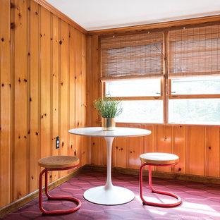 Ejemplo de comedor retro, de tamaño medio, con paredes amarillas, suelo de linóleo y suelo rojo