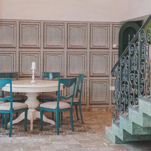 Ispirazione per una piccola sala da pranzo aperta verso il soggiorno etnica con pareti blu, pavimento in ardesia e pavimento beige
