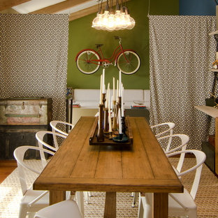 Imagen de comedor bohemio, de tamaño medio, con paredes verdes y suelo de madera en tonos medios