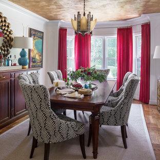 Réalisation d'une petit salle à manger tradition fermée avec un mur blanc, un sol en bois brun, un sol marron et du lambris.