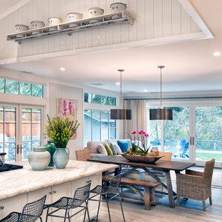 Ispirazione per una piccola sala da pranzo aperta verso la cucina stile americano con pareti bianche, pavimento in laminato e pavimento grigio
