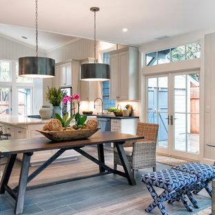 Diseño de comedor de cocina de estilo americano, pequeño, con paredes blancas, suelo laminado y suelo gris