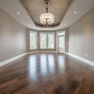Foto di una grande sala da pranzo aperta verso la cucina stile americano con pareti beige, pavimento in vinile e pavimento multicolore