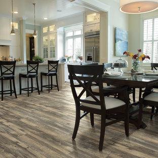 Exemple d'une salle à manger ouverte sur la cuisine montagne de taille moyenne avec un mur blanc, un sol en vinyl et aucune cheminée.