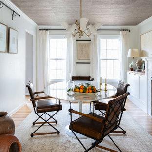 Bild på en mellanstor vintage separat matplats, med vita väggar, ljust trägolv, en standard öppen spis, en spiselkrans i sten och beiget golv