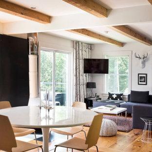 Foto de comedor escandinavo, pequeño, abierto, con paredes blancas, suelo de madera clara, chimenea lineal y marco de chimenea de metal