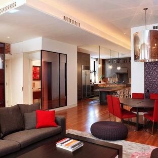 Immagine di una sala da pranzo aperta verso il soggiorno minimal