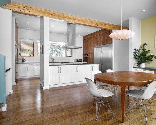 Sala da pranzo aperta verso la cucina moderna con pareti gialle ...